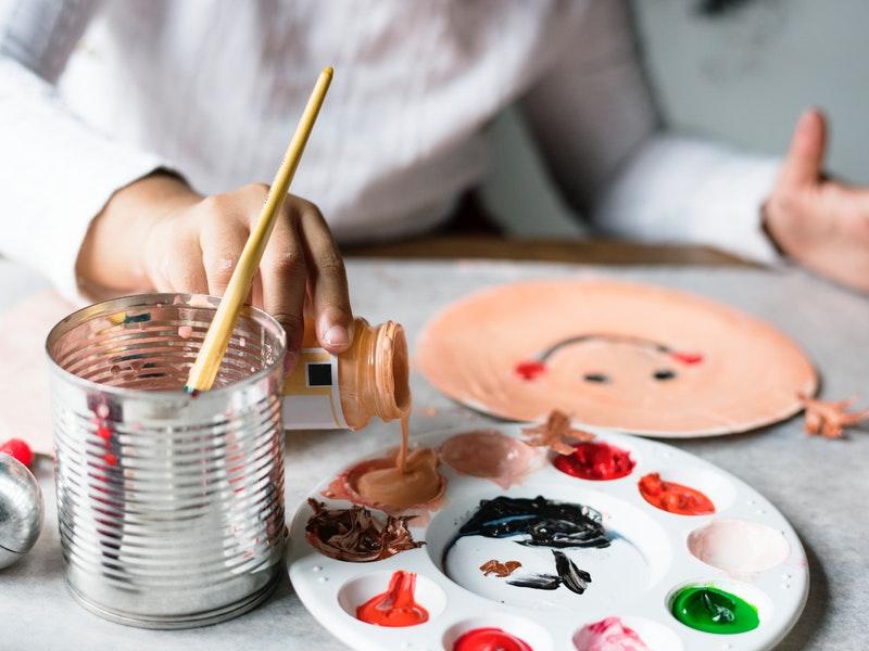 žena rozvíjať svoje zručnosti v maľovaní