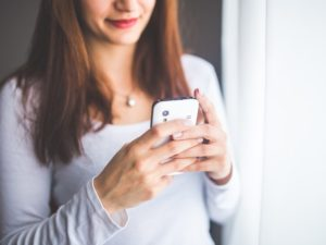 žena používa aplikácie pre lepší život