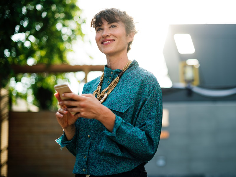 žena používa mobil