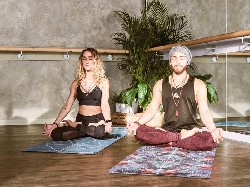 žena a muž meditujú za pomoci aplikácie