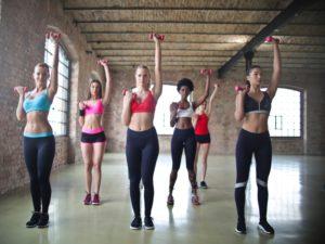 skupinové cvičenie žien s činkami
