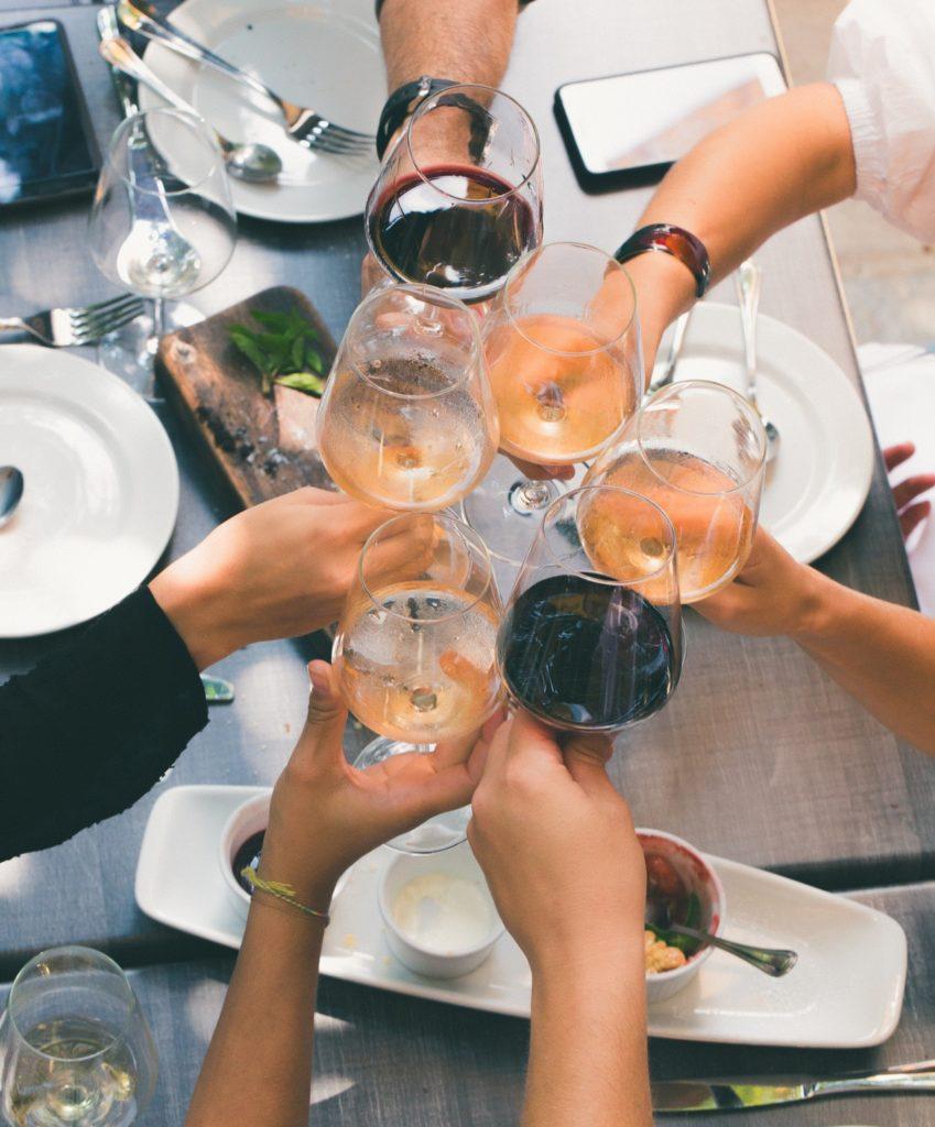 skupina ľudí s vínom v ruke