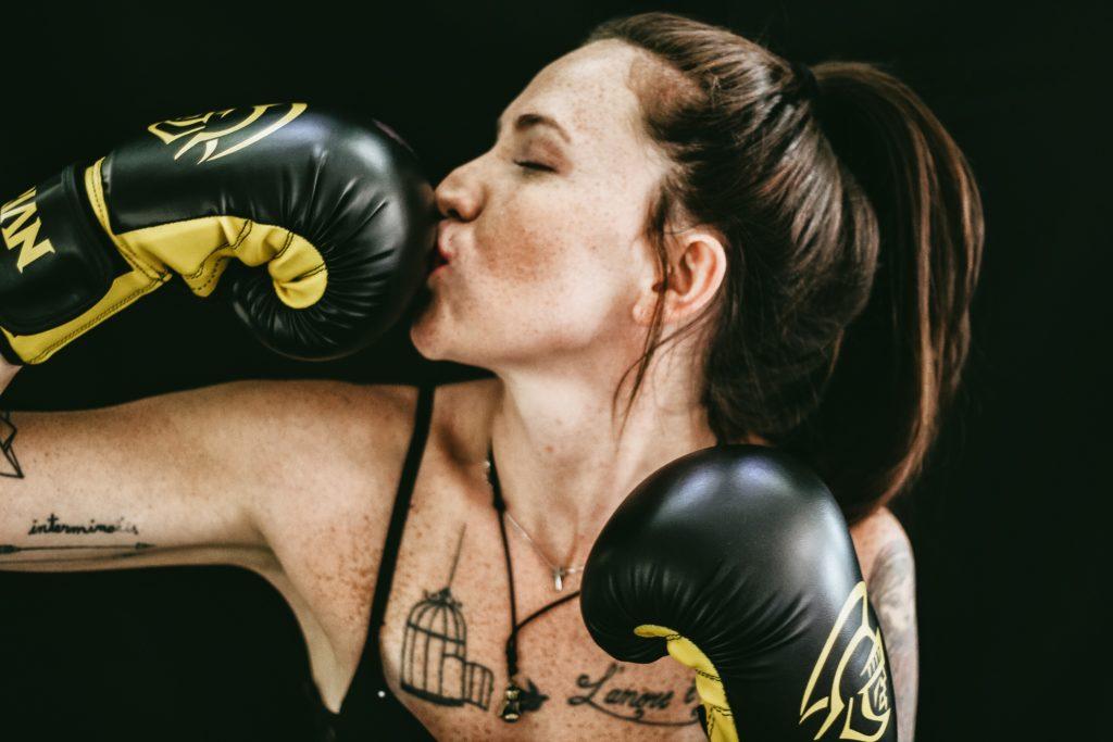 žena s boxovacími rukavicami