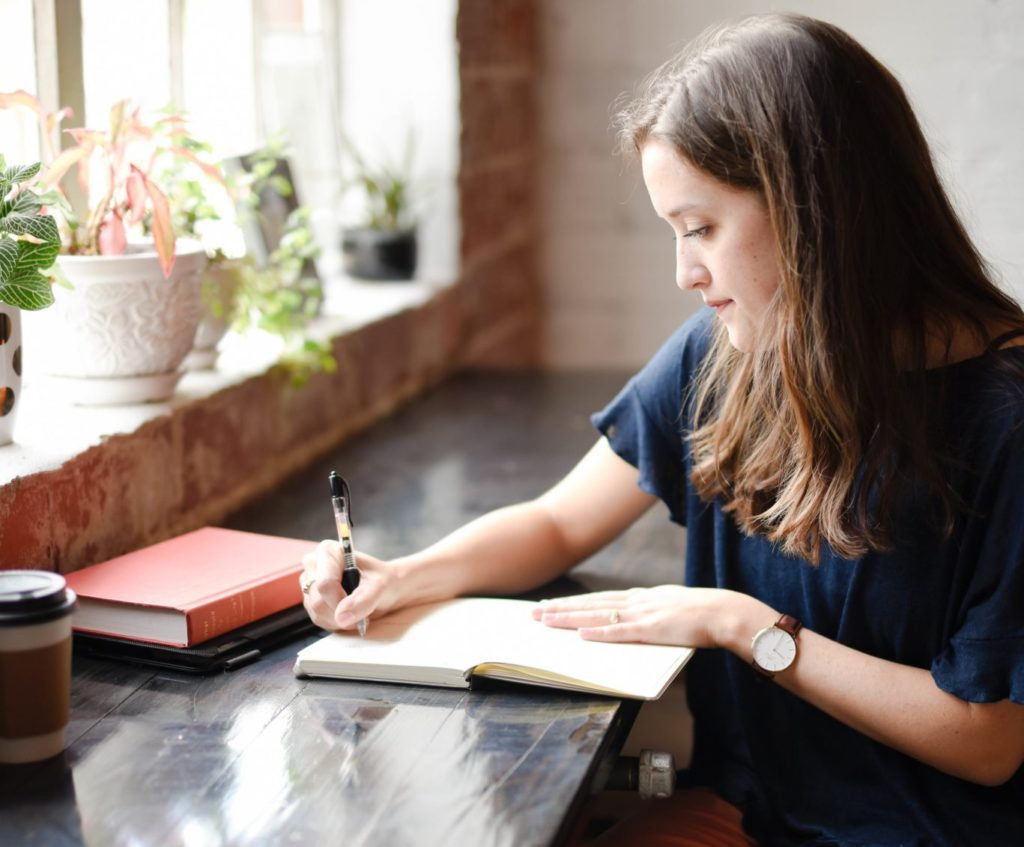 žena bojuje s pocitom úzkosti pomocou denníka