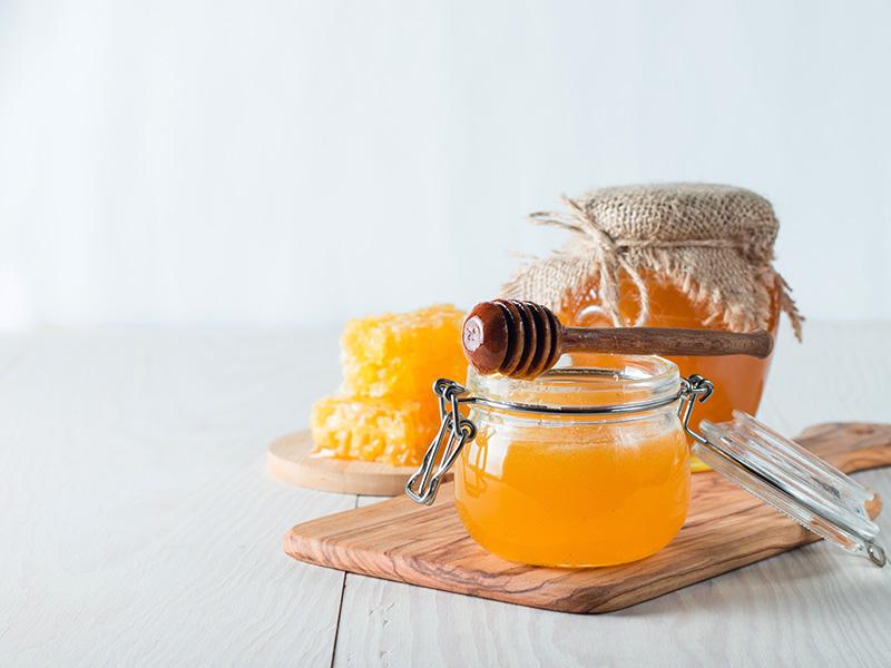 Med je skvelým pomocníkom nielen v kuchyni. Vyskúšajte našu medovú masku na vlasy