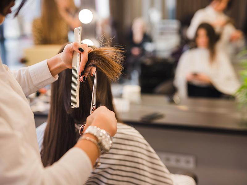 Jednou z chýb pri starostlivosti o vlasy je odkladanie návštevy kaderníctva